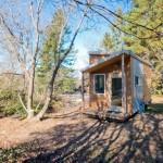 Ngôi nhà gỗ nhỏ được đặt trong một khu vườn rộng tràn ngập cây xanh và ánh nắng nhưng có thể di chuyển bất cứ lúc nào nếu được kéo bằng xe ô tô
