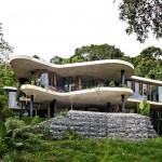 Với cảm hứng từ các đường nét của cảnh quan, căn nhà được thiết kế như một resort với sân vườn ngập tràn cây xanh