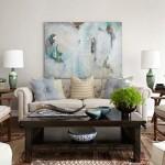 Phòng khách tươi sáng với gam màu chủ đạo nhẹ nhàng, nền nã. Từ bộ bàn ghế được xếp đặt hợp lý cho đến những chiếc đèn, bức tranh và tấm thảm, tất cả hoà quyện tạo nên một không gian tuyệt vời